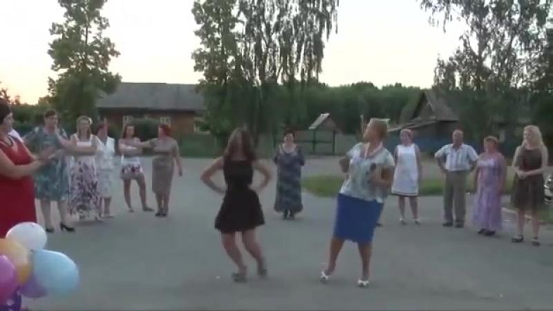 Девченка прикольно танцует под частушки