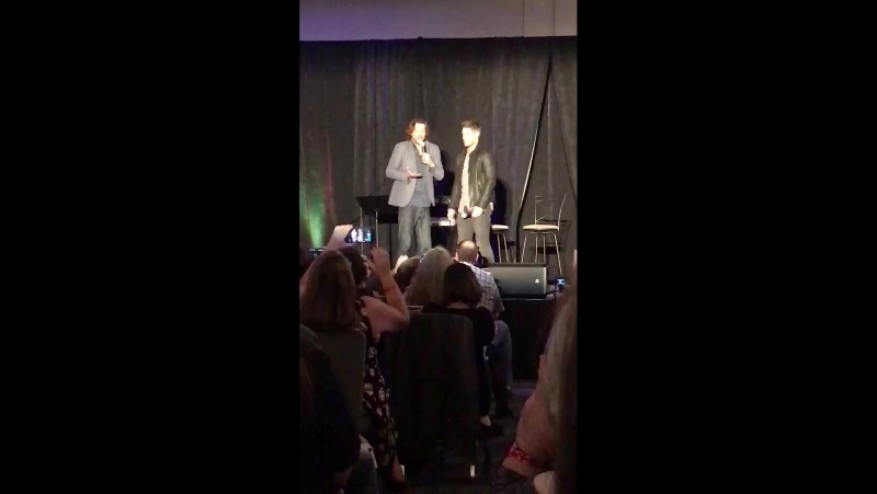Джеи воспроизводят момент когда Дженсен воткнул нож Джареду в ногу SPNSF SFCon 2017