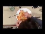Как едят пиццу девушки и парни (неправда)