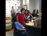 Лана Дель Рей поёт песню «Smile» в детской больнице