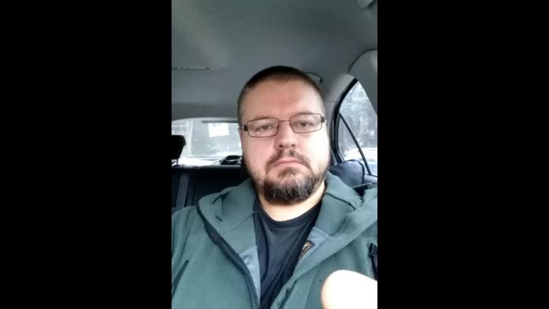 Пью кофе в машине, стараюсь не шуметь. День тишины же.