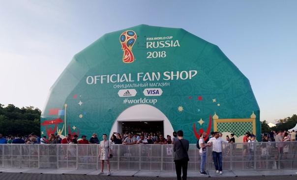 Смотрим футбол на фестивале болельщиков.  Огромный торговый шатёр. Там очень много места, воздуха и света. Однако всё довольно дорогое и не очень привлекательно (кроме, форм команд).  23 июня 2018