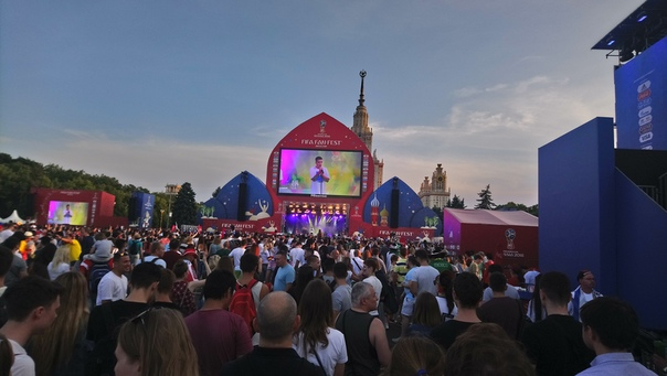 Смотрим футбол на фестивале болельщиков.  Ну можно считать, что я побывал на концерте Федюка. Футбольчика не было, Вино было.  23 июня 2018