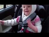 Малышка слушает музыку в машине.  Музыкальный ребенок.