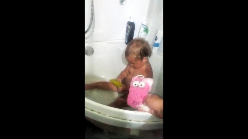 Оля моется
