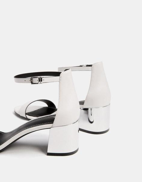 Босоножки на каблуке с декоративной деталью