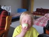 Я съем это яблоко Нет это лук. Это яблоко! Это лук. Это яблоко!!! Хорошо если настаиваешь ешь ( Северный О )