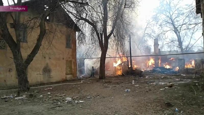 В Саратове тушат и сносят расселенные бараки в Барнаульском тупике