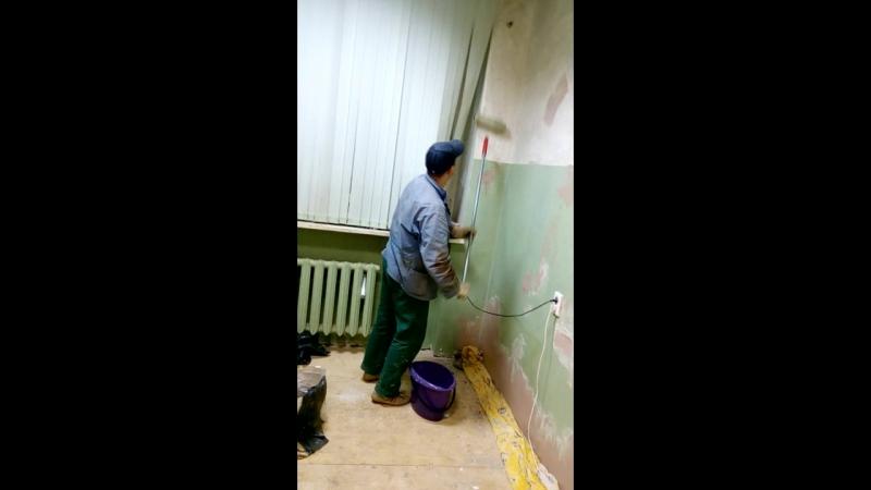 Колегов Василий делает ремонт на работе...