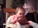 Ребенок впервые в жизни пробует торт