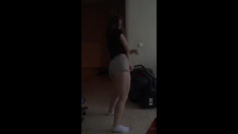 Жаркие танцы от девки в коротких шортиках