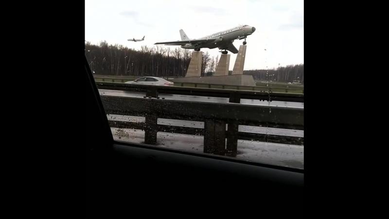 Самолет заходит на посадку во Внуково