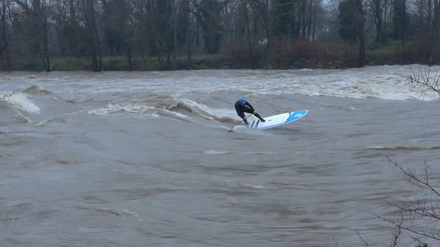SUP RIVER SURFING