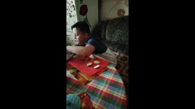 Соболев готовит кушать