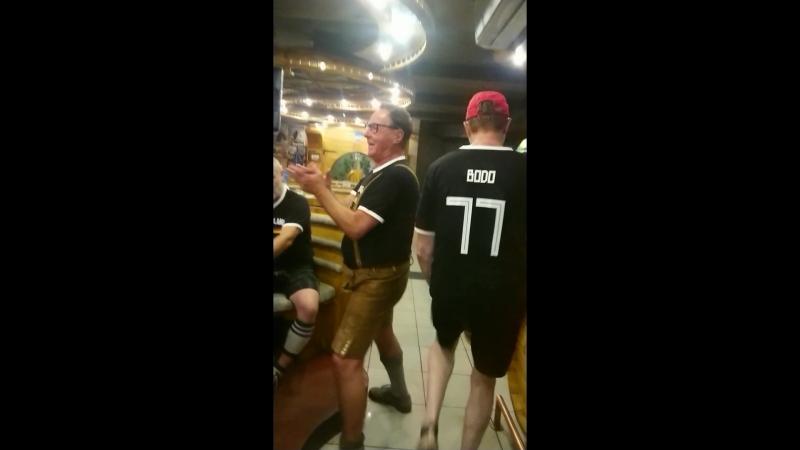 Весёлые немцы, после проигрыша своей сборной на чемпионате мира