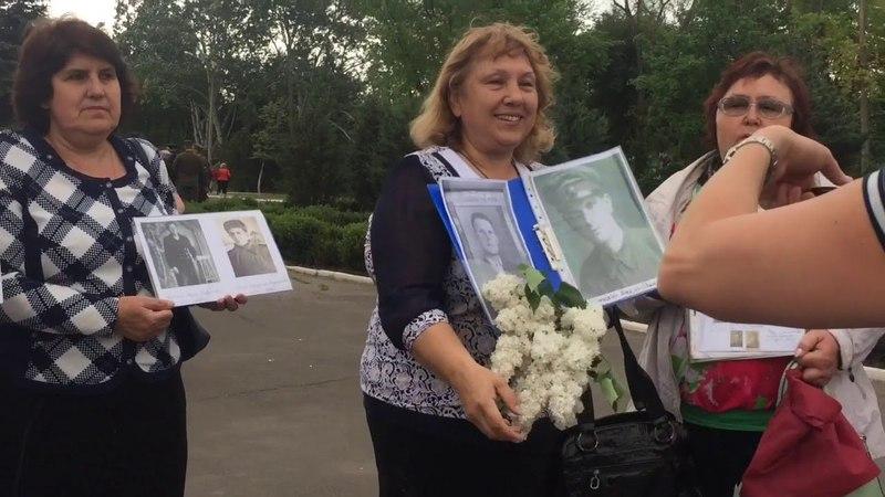 Мариупольцы пришли на митинг с портретами своих родственников