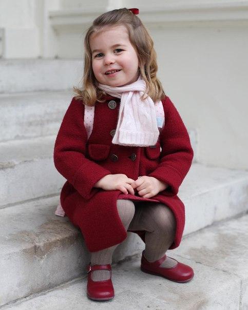 Сегодня Принцесса Шарлотта пошла в детский садик и по этому случаю Кенсингтонский дворец выпустил две официальные фотографии, которые были сделаны Кэтрин сегодня утром!