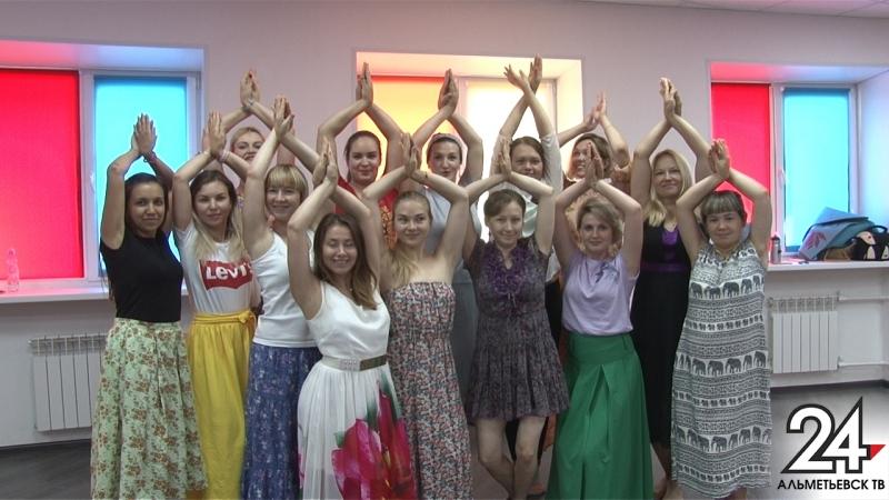 Гимнастику, которой приписывают магические свойства, опробовали женщины в Альметьевске