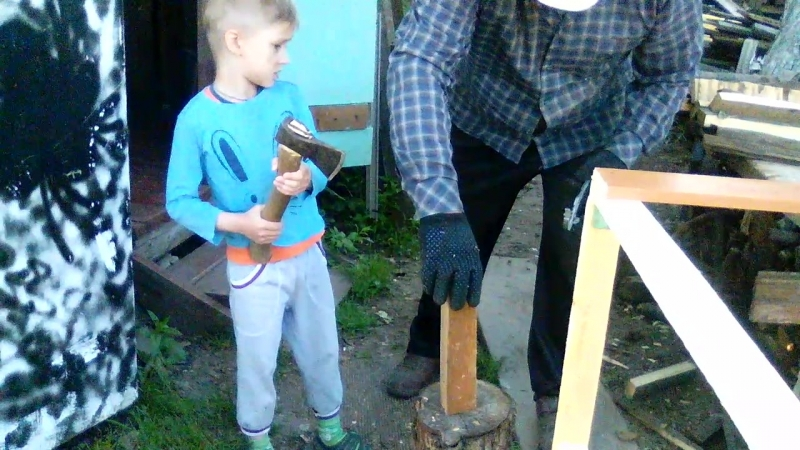 Адам рубит дрова! Деда помогает