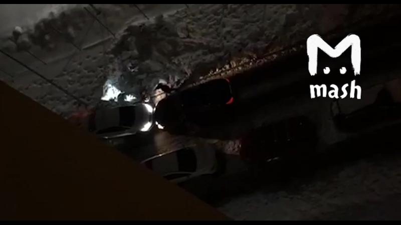 Ох уж эти уютные московские дворики. Водитель Мерседеса специально сбивает девушку, с которой не поделил парковочное место