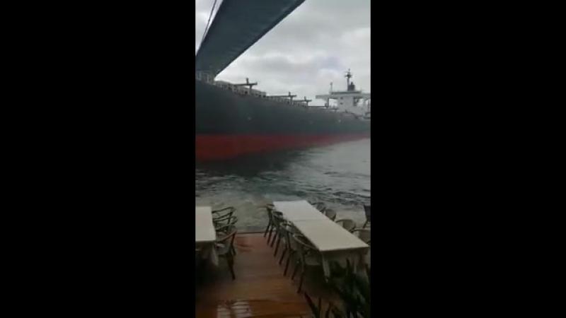 В проливе Босфор судно врезалось в исторический особняк: видео посетителей особняка!
