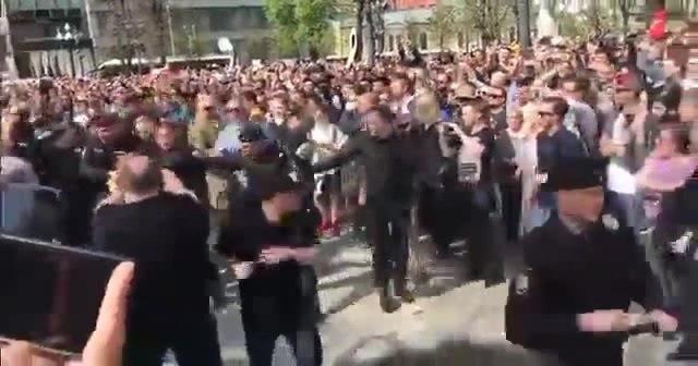 Навального уносят вперёд ногами. Символично, однако. · coub, коуб