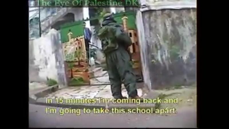 Des soldats juifs empêchent les enfants palestiniens à rentrer dans leur école à Al-Khalil ( Hébron )