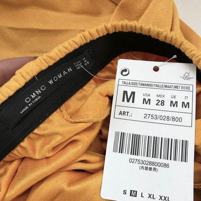 Желтая юбка в складочку из ткани под замшу