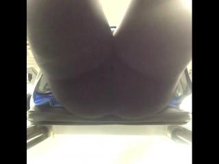 Ryan Conner работает над своей упругой попкой не порно секси сиськи