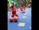 Маленькие спортсменки на тренировке