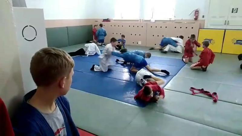 Тренировочный процесс... Паша в белом кимоно на переднем плане борется с красным...