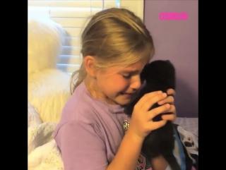 Девочка рада пушистому сюрпризу до слез