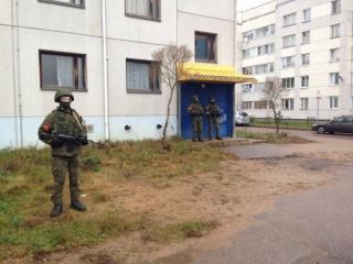Вежливые люди у общежития в Ленинградской области