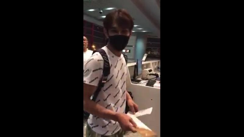 Đại Vũ tại sân bay Bắc Kinh đi Thượng Hải ❤ ———— Kiểu tóc thấy ghét ghê hà😂😂😂.mp4