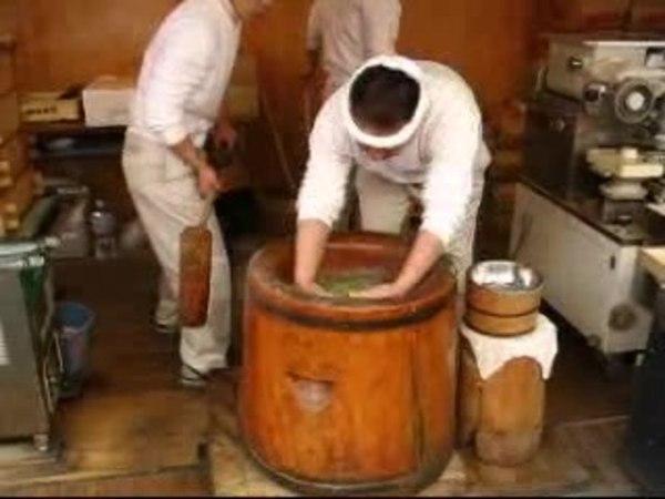 Японцы месят тесто.