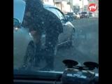в Челябинске заклеивают машину скотчем