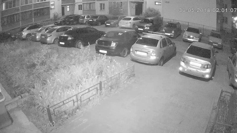 город Воронеж ул. Мордасовой, подростки на крыше автомобиля.