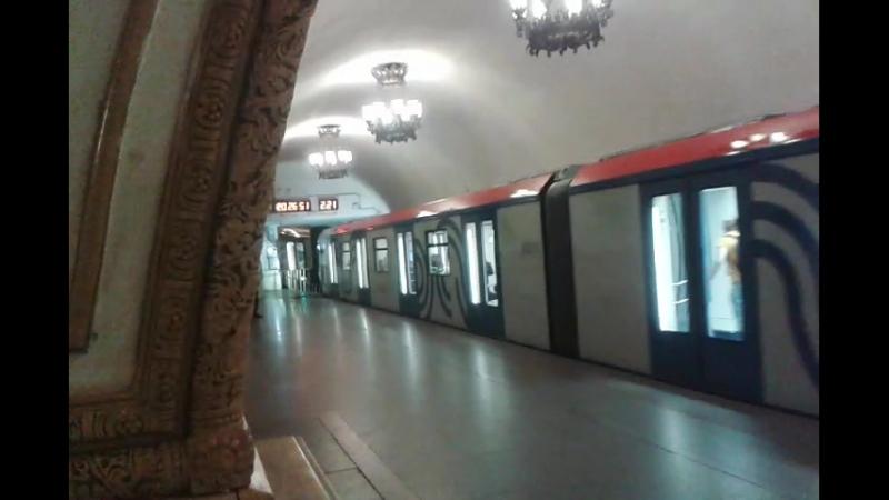 Отправление метропоезда Москва со станции Киевская