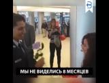 Эта девушка думала, что просто встречает своего парня в аэропорту. На самом деле это предложение руки и сердца
