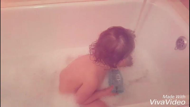 Милана купается в ванне 🛁🚿