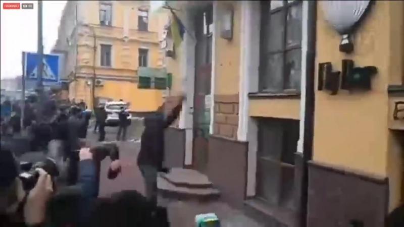 """Националисты громят офис российского """" Сбербанка """" в Киеве"""