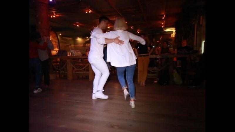 Парень с девушкой круто танцуют сальсу