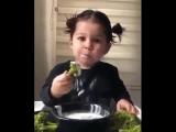 Папа своей дочери (4 годика) за столом Когда я ем я глух и нем. Она, посмотрев на него А я нормальная...