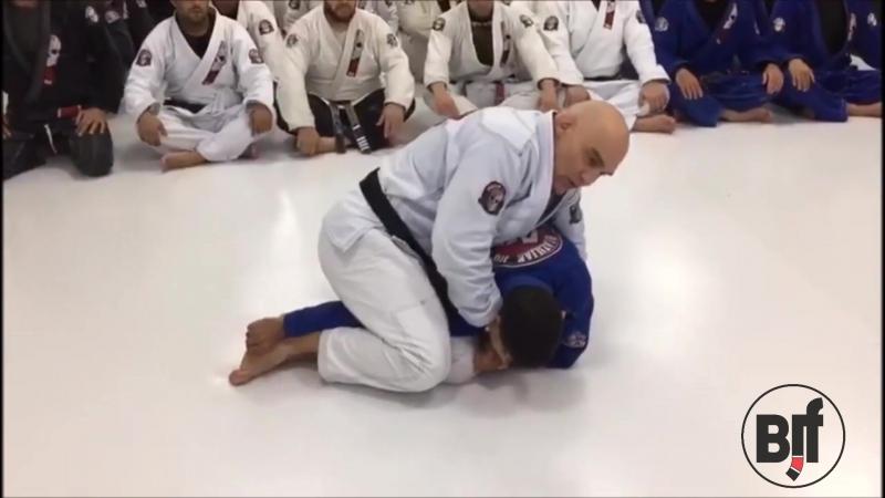 Roberto Godoi показывает как выйти на позицию распятие и пару способов финишировать схватку оттуда техники_за_200