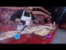 Кулинар Артем Гиносян, участник должен за 3 минуты сделать десять порций шаурмы