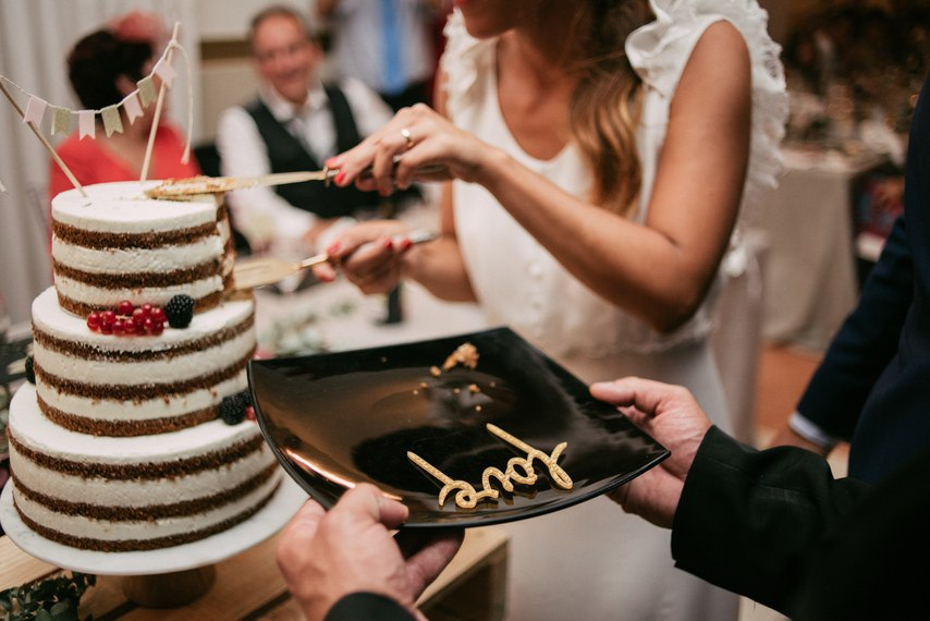 h3oHqvrq6mo - Ловить ли падающий свадебный торт?