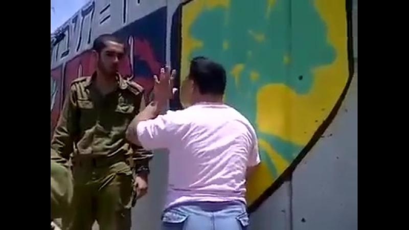 Des rats juifs déguisés en soldats se moquent et humilient un jeune Palestinien atteint du syndrome de Down. IsraelCrimes