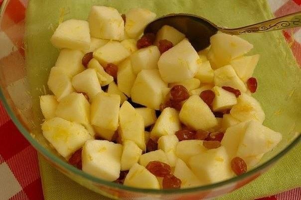 Творожная запеканка с яблоками.
