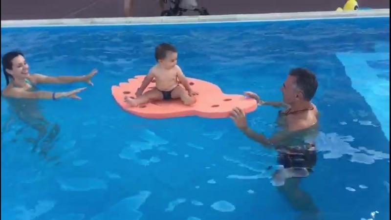 В открытом бассейне на курорте с папой. Совместный отдых и раннее плавание
