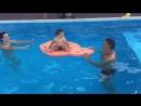 В открытом бассейне на курорте с папой Совместный отдых и раннее плавание